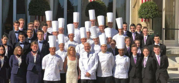 "Mrs Jamie Mc Court, US Ambassador in France and Guy Savoy, chef in his namesake restaurant ""Guy Savoy"", alongside the students of FERRANDI Paris."